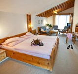Hotel_Alpina_Juniorsuite_Kat_C_Zirbe.jpg